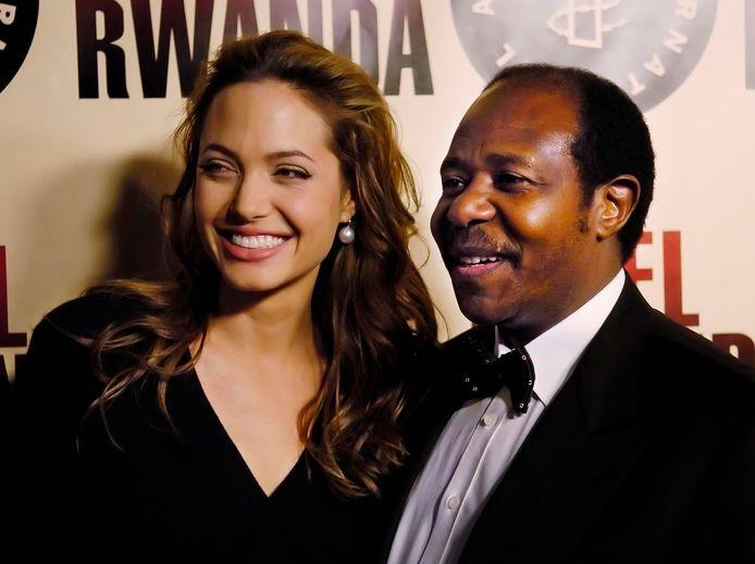 Bij de première van de film 'Hotel Rwanda' ontmoet Paul Rusesabagina vele filmsterren uit Hollywood, onder wie Angelina Jolie.