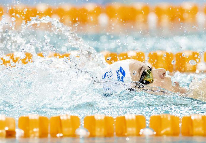 Sharon van Rouwendaal in actie tijdens de finale op de 200m rugslag in de Eindhoven Qualification Meet.