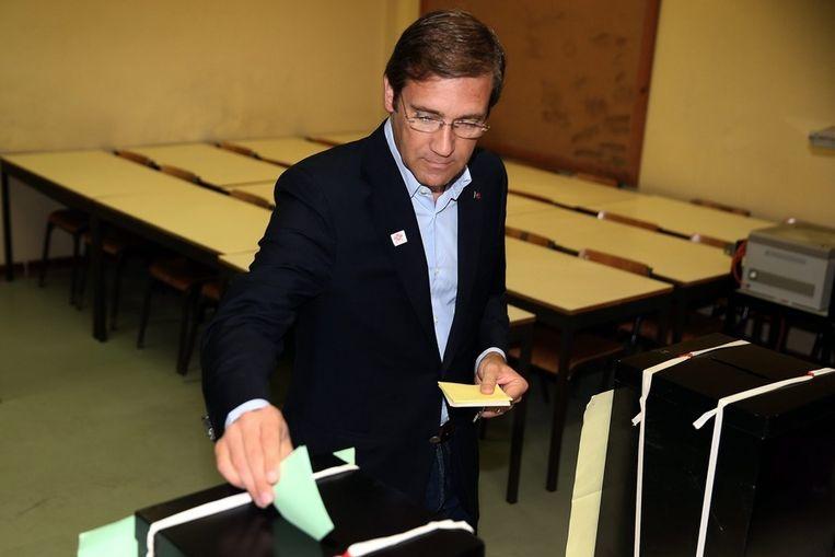De Portugese premier Pedro Passos Coelho brengt zijn stem uit in een school in Massama, een buitenwijk van Lissabon. Beeld epa