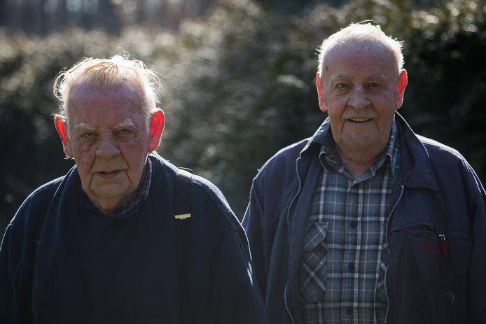 Hein (links) en Frans van Oldeniel hebben geen medelijden met de dakloze man die verdacht wordt van de brute overval die vorige maand op hen is gepleegd. De politie zoekt nog naar zijn handlanger. ,,Wat ze hebben gedaan, is onmenselijk. En dan met dat pistool.''