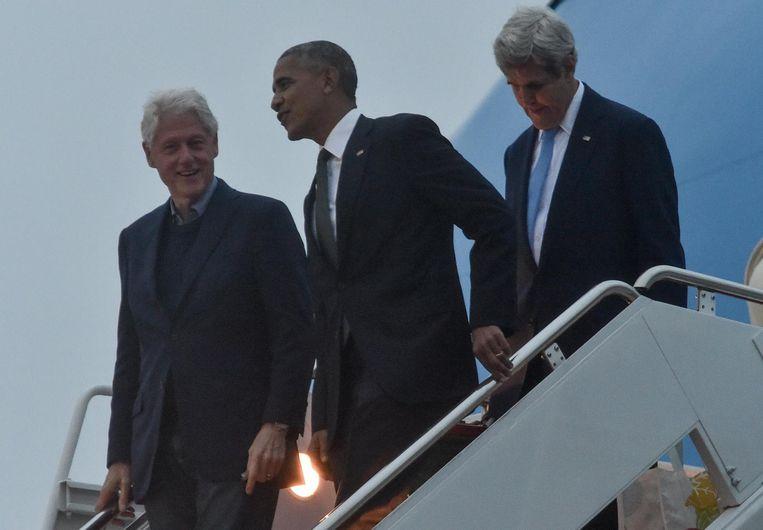Barack Obama, Bill Clinton en John Kerry komen uit de Air Force One nadat zij de begrafenis van Shimon Peres hebben bezocht. Beeld afp