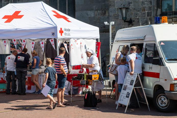 De Rode Kruis-afdeling Haaksbergen vierde zaterdag het 75-jarig bestaan met allerlei activiteiten op de Markt, geholpen door hulpverleners van het Duitse Rotes Kreuz, politie, brandweer en ambulancedienst.