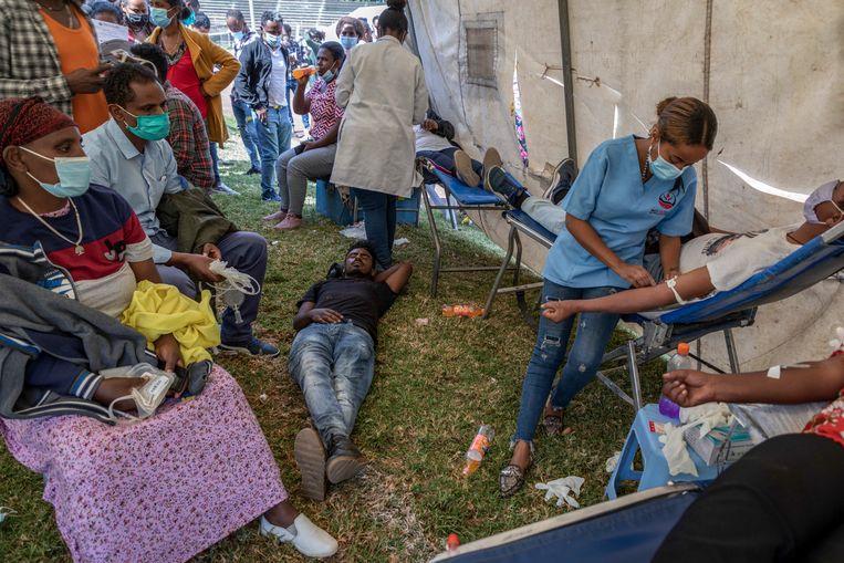 In de Ethiopische hoofdstad Addis Abeba kunnen burgers bloed doneren voor soldaten die gewond zijn geraakt in de burgeroorlog in het noorden van het land.  Beeld AP