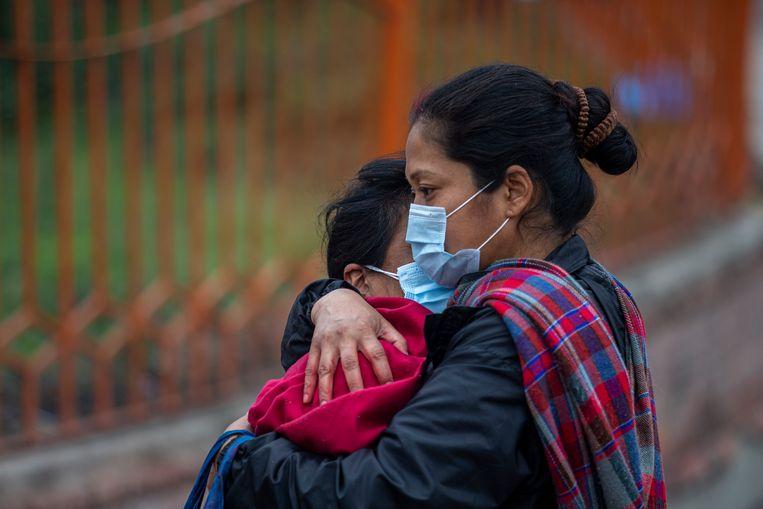 Nepalese nabestaanden van een coronadode zoeken troost bij elkaar. Beeld EPA