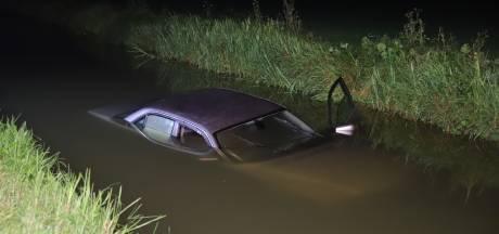 Auto belandt in sloot Beneden-Leeuwen