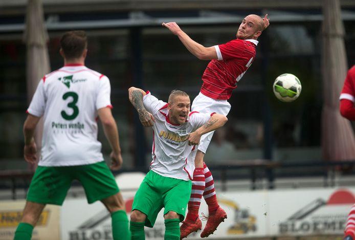 Marvin van den Born (midden) in actie tijdens het laatste seizoen van het zondagelftal van WAVV.