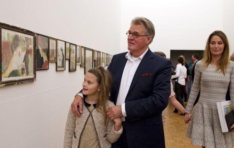 Jeroen Krabbe bekijkt in De Kunsthal in Rotterdam met zijn kleindochter de tentoonstelling Closer to You van zijn zoon Jasper. Met ruim 200 portretten legde de schilder de fascinatie voor zijn vrouw en muze Floor (R) vast. Beeld