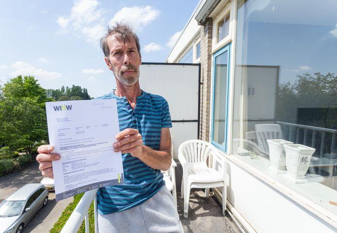 Ed Noordijk laat de gewraakte brief zien.
