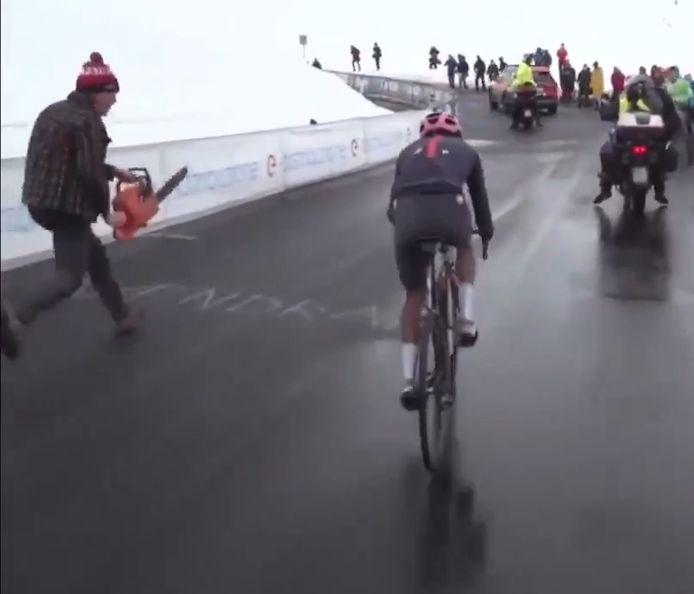Des supporters avec des tronçonneuses: nouvelles images inédites sur les routes du Giro.