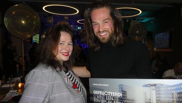 Model Alinus van Wijk wint een hotelletje door vier blauwe ballen te vangen, ingewikkeld verhaal. Met Karin Engelbrecht (Mokumista podcast) Beeld Schuim