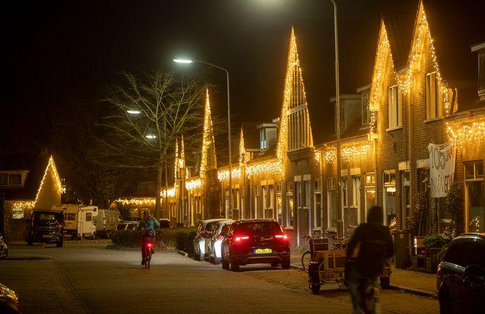 De Julianastraat in Wageningen verandert 's avonds in een zee van lichtjes