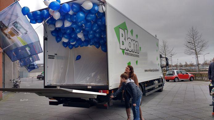 Vrachtwagen met ballonnen.