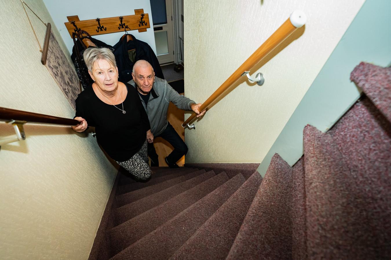 Tom en Ria van de Klomp hebben steeds meer moeite met traplopen en willen graag naar een gelijkvloers appartement.