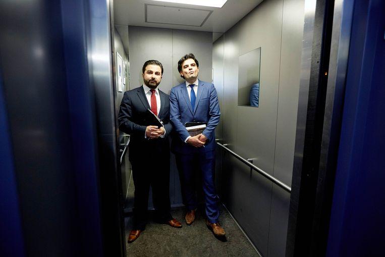Kuzu en Öztürk stappen in de lift na het besluit dat zij de Tweede Kamerfractie van de PvdA moeten verlaten. Beeld anp
