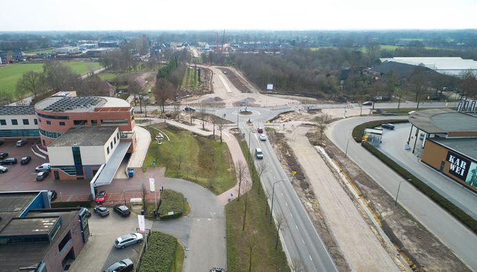 Zicht op de Cereslaan richting Heesch. Achter de rotonde is al de nieuwe weg richting groeiwijk De Erven in de maak. Rechts van de Cereslaan de fundering voor de tijdelijke omleidingsweg om de rotonde heen.