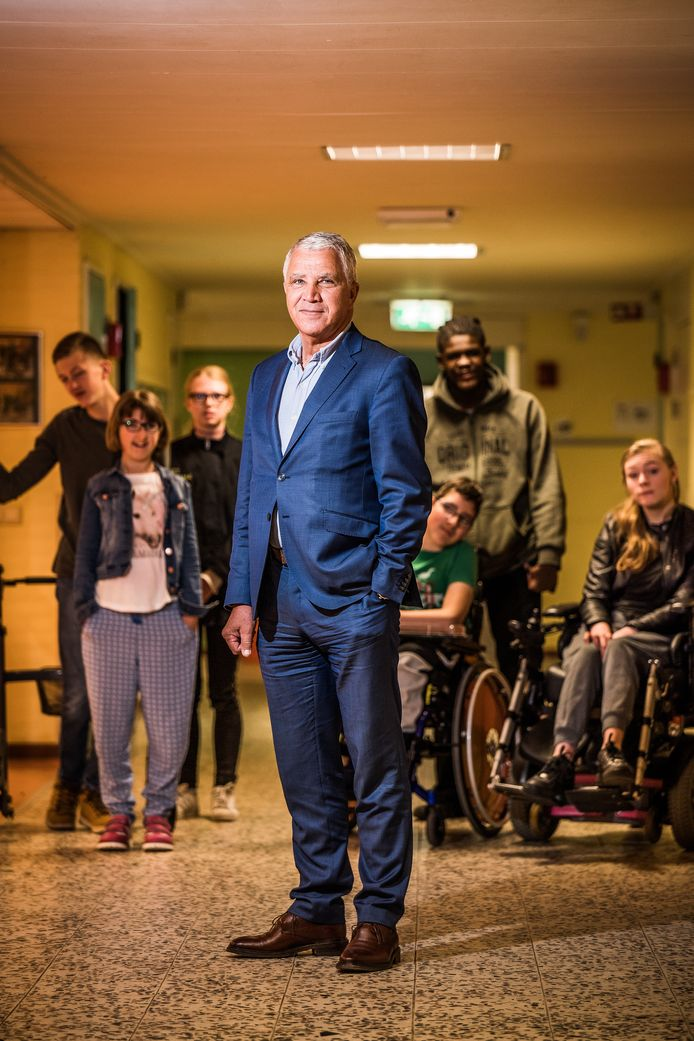 """Wim Ludeke, geflankeerd door leerlingen van vso-school Het Prisma in Arnhem:  ,,Van wie ik in de klas heb gehad, kan ik bijna meteen terughalen wie ze waren."""""""