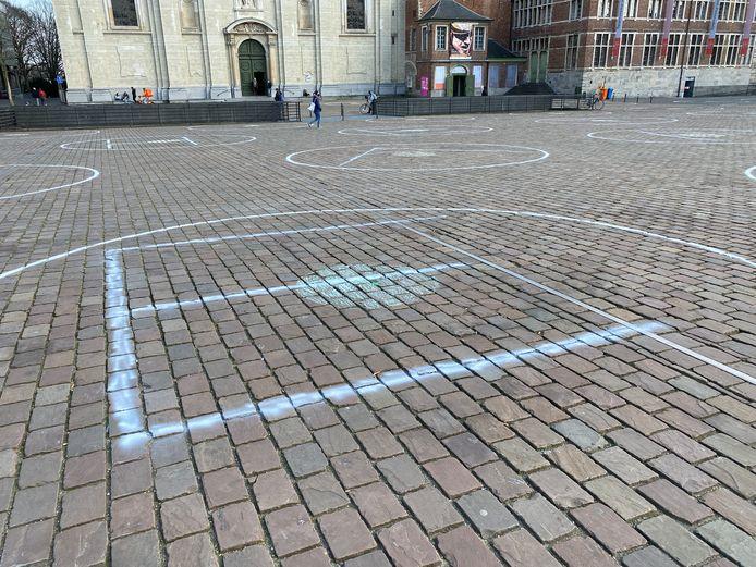 Grote letters in de cirkels vormen de boodschap 'het draait vierkant'