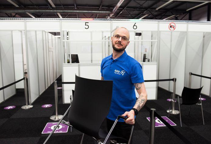 Robin Rump verplaatst nog een stoel in de vaccinatielocatie in het sportcentrum Hoenderdaal in Driebergen.