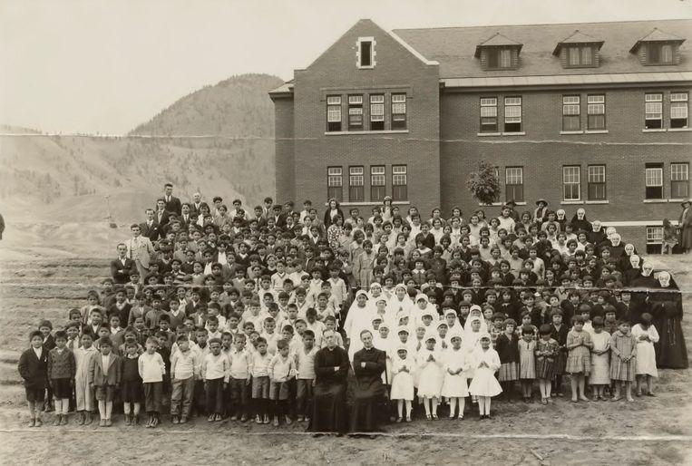 Leerlingen en staf van de Kamloops Indian Residential School in Kamloops, 1937. Op dit terrein werd een massagraf met 215 kinderlijken gevonden.  Beeld EPA