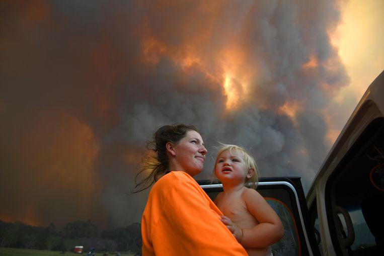 Inwoners van Nana Glen in New South Wales omringd door rook. Beeld EPA