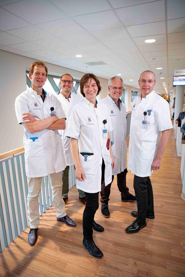 Het oncologieteam van Bernhoven. V.l.n.r. Wout van der Meij, chirurg; Geert Bulte, MDL arts; Chantal Lensen, internist-oncoloog-hematoloog; Marco van den Bogart, longarts en Allert Vos, internist-oncoloog.