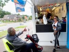 Blije gezichten nu viskraam in Apeldoorn na forse brand weer terug is: 'Het is ze gegund'