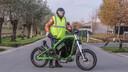 Bruno Naessens met zijn Gulas-bike, die een topsnelheid haalt van 90 kilometer per uur en in Duitsland is ingeschreven als motorfiets.