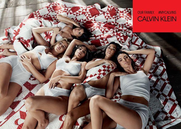 De Kardashian/Jenner-zussen op de foto voor Calvin Klein. Kylie (uiterst links) lijkt haar buik te verbergen.