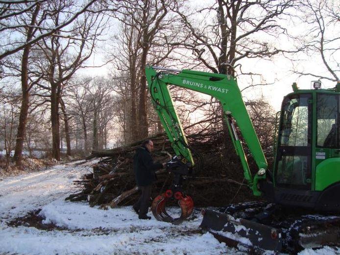 """Bert René Brinkman houdt nauwkeurig in de gaten welke bomen en struiken door de bosarbeiders gerooid worden. """"Als al het hout is afgevoerd, valt het niet meer op dat er wat gebeurd is."""" foto Sandra Veltmaat"""
