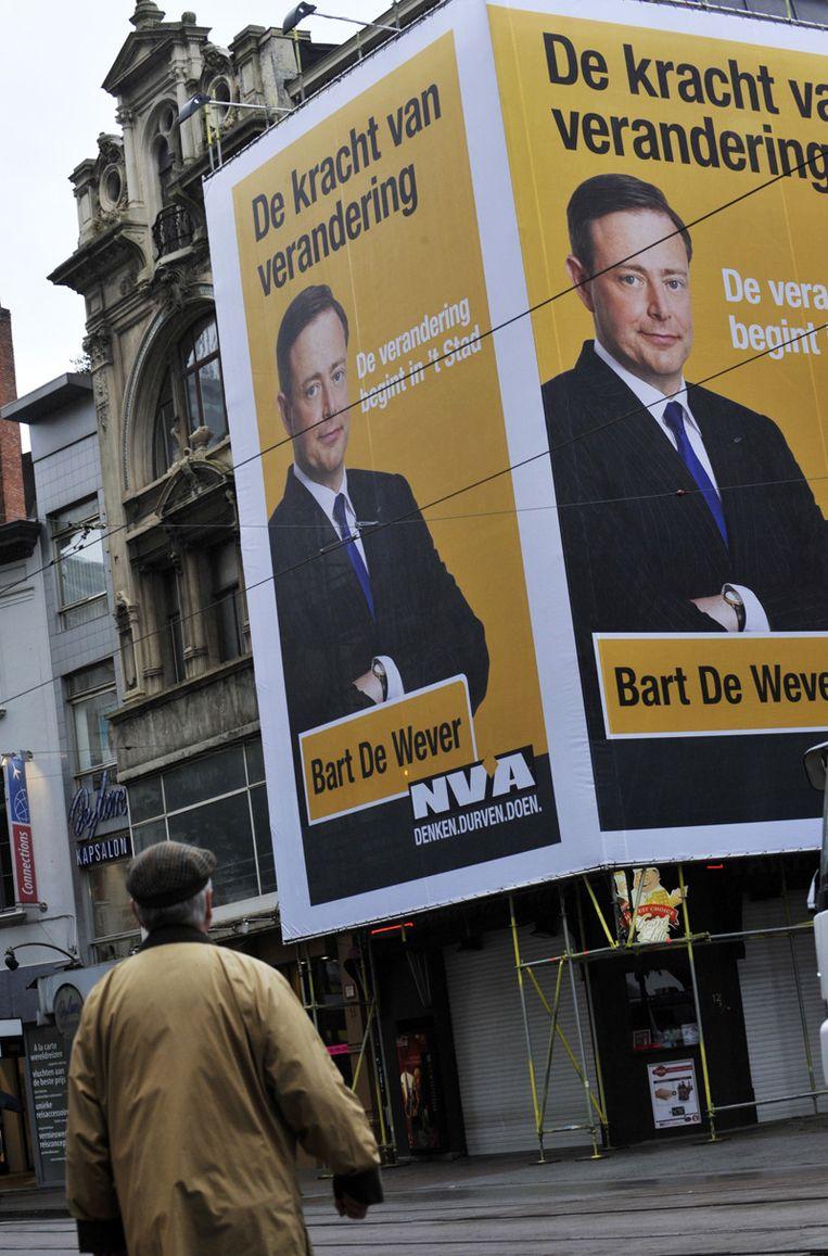 Bart De Wever op een enorme banner voor de gemeenteraadsverkiezingen van 2012. Beeld PHOTO_NEWS