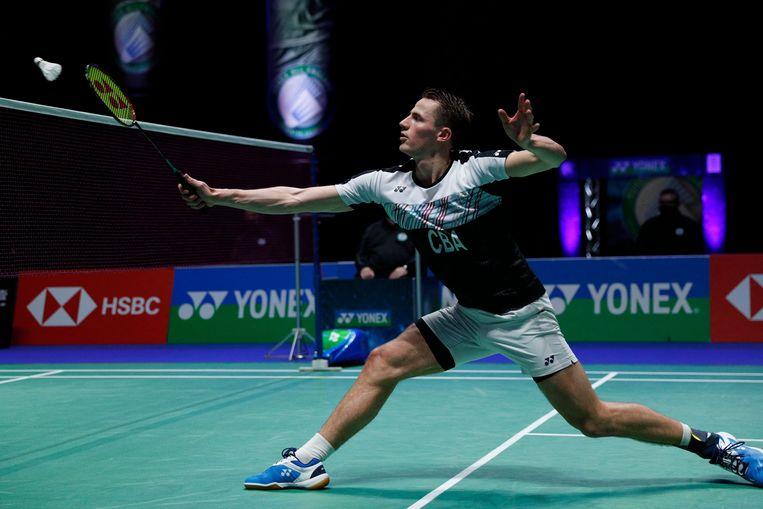 Badmintonner Mark Caljouw vrijdag in actie tijdens zijn kwartfinale op de All England Open, een prestigieus badmintontoernooi in Birmingham. In een door de coronapandemie uitgedund deelnemersveld bereikte hij de halve finale. Beeld AFP