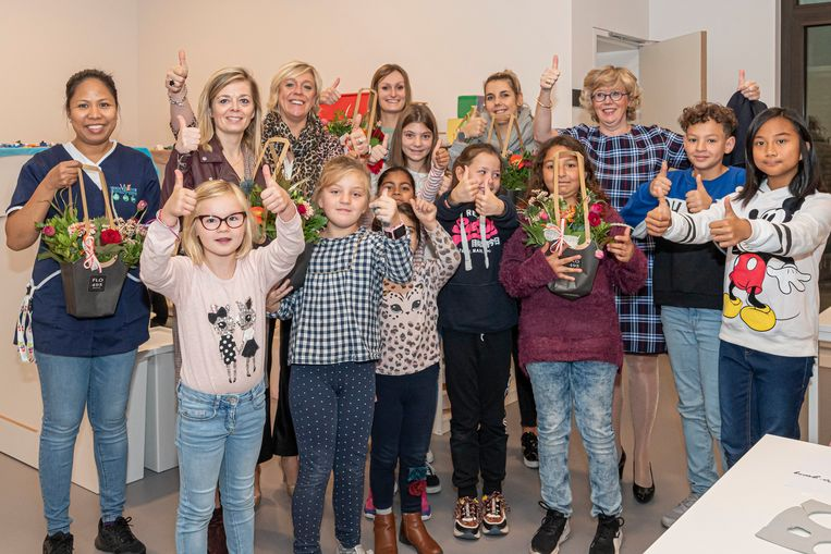 Schepen van Kinderopvang, Hilde Vautmans en burgemeester Veerle Heeren kwam de kinderbegeleiders in de bloemetjes zetten.