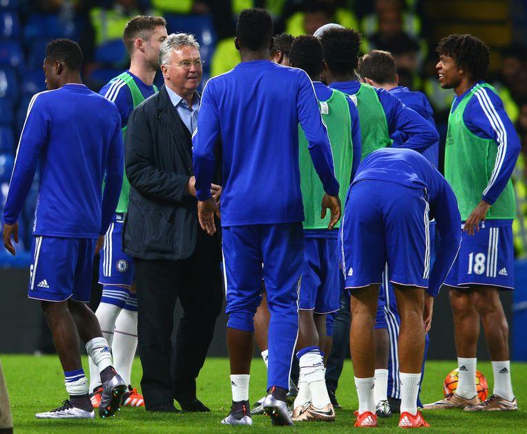 Guus Hiddink ontmoet zijn spelers. Beeld getty