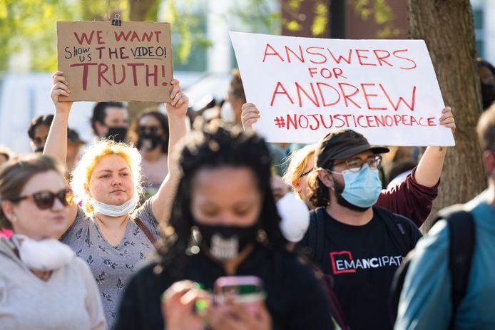 Demonstranten voor het kantoor van de politie in Elizabeth City, North Carolina.