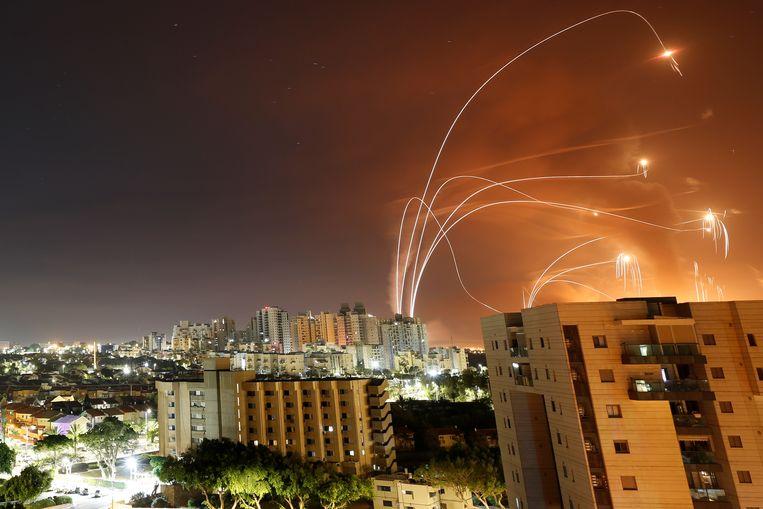 Israëlisch afweergeschut boven de stad Ashkelon.  Beeld REUTERS