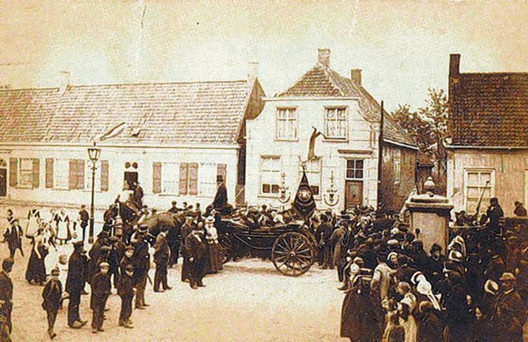 De enige bewaard gebleven foto van zijn geboortehuis in Zundert. De pastorie, tegenover het gemeentehuis, werd in 1903 afgebroken.