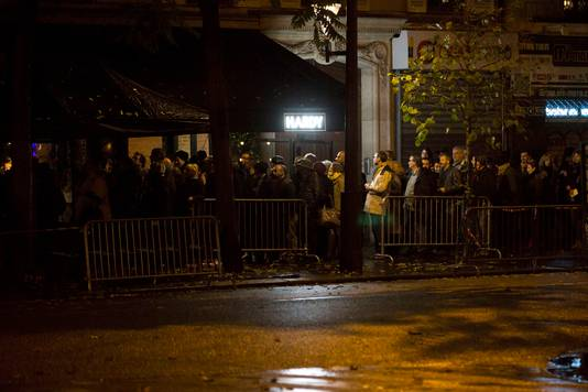 Mensen staan in de rij voor de concertzaal