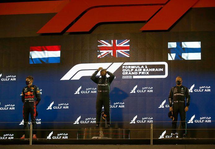Het podium: Hamilton wordt geflankeerd door Verstappen en Bottas.