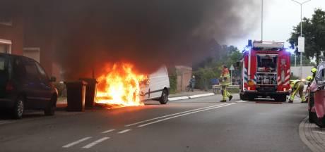 Busje pakketbezorger in brand in Tiel: flinke vlammen en grote rookwolken