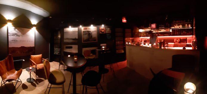 In de bar van Mike Loose is plaats voor een tiental mensen.