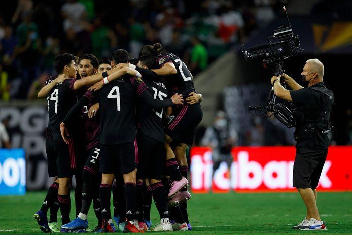 De spelers van Mexico vieren feest.