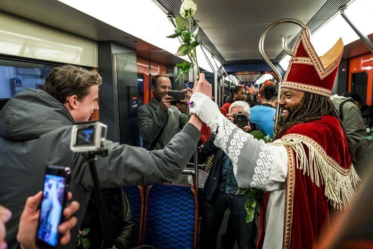 2016-11-05 11:54:12 AMSTERDAM - De Nieuwe Sint (Patrick Mathurin) deelt danst met reizigers in een metro tijdens zijn intocht in Amsterdam. ANP REMKO DE WAAL Beeld anp