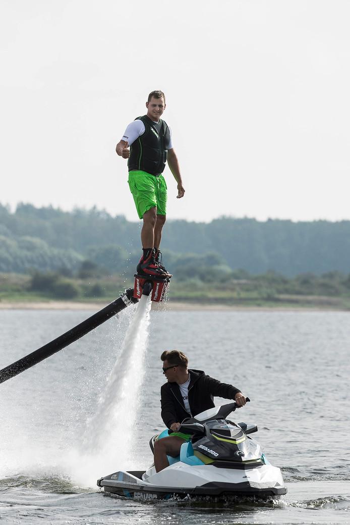 Jochem Bosz en Bonne Hylkema aan het flyboarden.