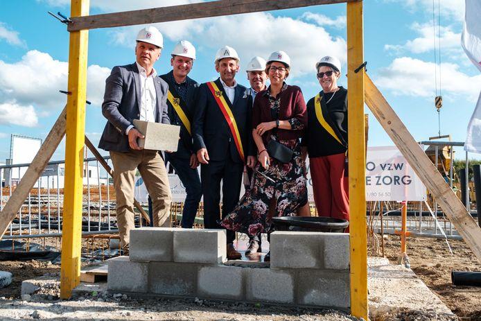 De eerstesteenlegging van de nieuwe zorgcampus Kouterman met burgemeester Marc Penxten in het midden en schepen voor Ruimtelijke Ordening Frank Vroonen (links).