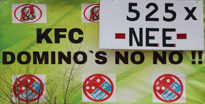 Op het spandoek dat het actiecomité bij het te bebouwen veld in Zeelst heeft geplaatst, is het aantal bezwaren toegevoegd.