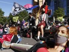 Politie maakt eind aan klimaatprotest Zuidas, acties gaan door in weekend