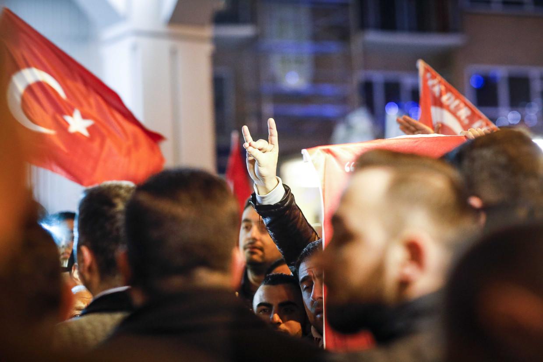 Een demonstrant maakt het teken van de extreemrechtse Turkse groepering Grijze Wolven.  Beeld ANP