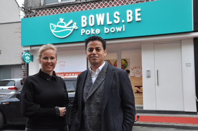 Ahmed Hilami en Stephanie Spillebeen in de Stationsstraat, waar de eerste vestiging van Bowls.be komt.