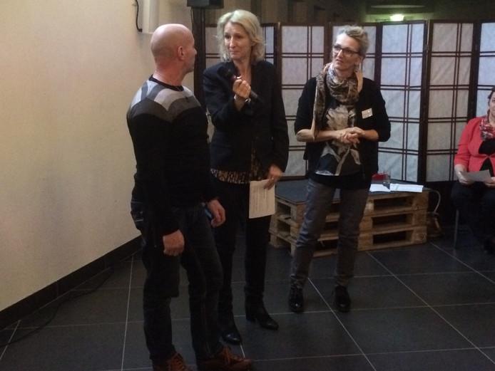 Schrijfster Karin Giphart met twee cursisten