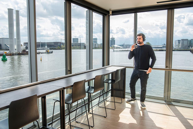 Een werknemer van CM.com, Nederlands eerste Spac, in het kantoor aan het IJ in Amsterdam. Beeld Guus Dubbelman / de Volkskrant